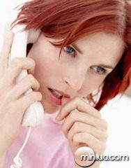 saude-emergencia-mulher-preocupada-telefone