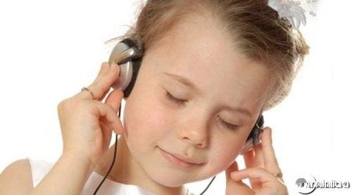 crianca-ouvindo-musica