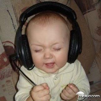Bebe ouvindo música
