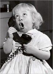 menina telefonando