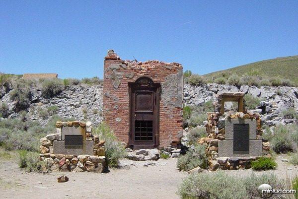 Bodie_Bank_ruins_in_Bodie_California