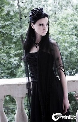 gothic-girl-is-near-the-river