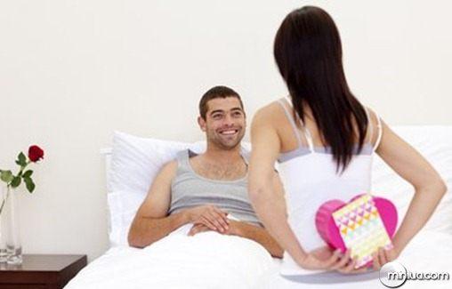 woman-giving-a-man-a-valentine-s-present-boyfriend-pixmac-image-46835814