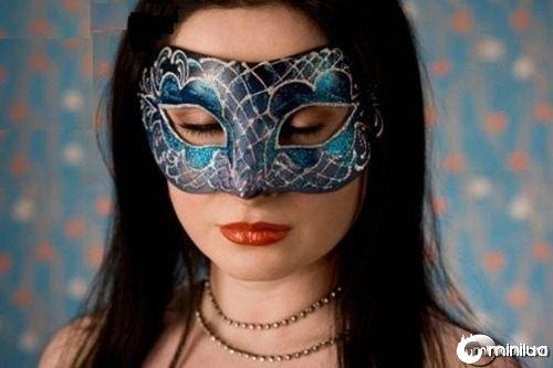 Mulher-com-máscara-de-carnaval