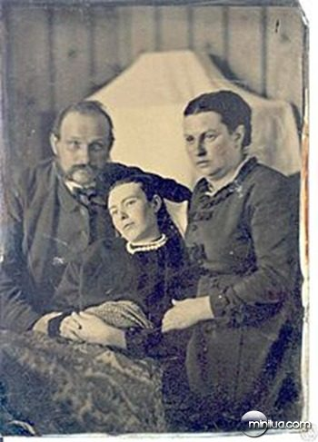 220px-Victorian_era_post-mortem_family_portrait_of_parents_with_their_deceased_daughter
