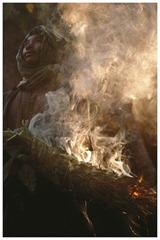 Krishna Raji has lit a Hoka: the smoke which comes from this bundle of green leaves and dry firewood, protects the honey hunter from the attack of the bees.<br /><br /><br /> Krishna Raji a allume une hoka : ce fagot de branches et de feuilles dont la fumee protege les chasseurs de miel de l attaque des abeilles.