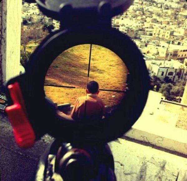 Um franco-atirador israelense publicou uma fotografia no Instagram de uma criança palestina na mira do seu rifle, em 2013.