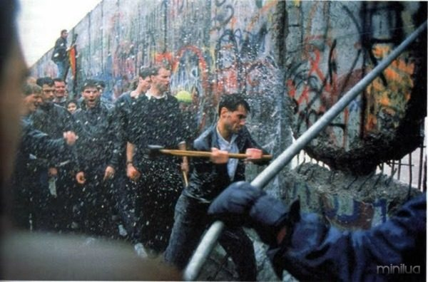 muro-de-berlim-sendo-derrubado