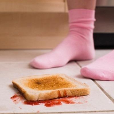 4set2013---torrada-caida-no-chao---ao-passar-manteiga-na-torrada-a-pessoas-acaba-alterando-a-textura-da-superficie-do-pao-mudando-a-rotacao-que-a-comida-realiza-ao-cair-da-mesa-1378342549852_300x300