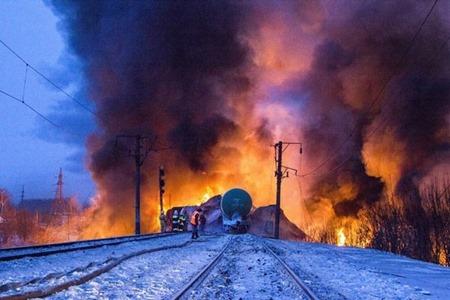 Bombeiros-e-equipes-de-emergência-enfrentam-incêndio-em-trem-cargueiro-nesta-quarta-feira-próximo-a-Posdino-na-região-de-Kirov-na-Rússia
