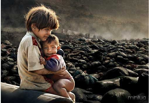 photo-poverty-children-living-off-junkyard