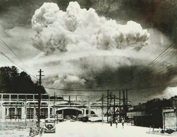 Nagasaki, 20 minutos después de haber explosionado la bomba atómica en 1945.