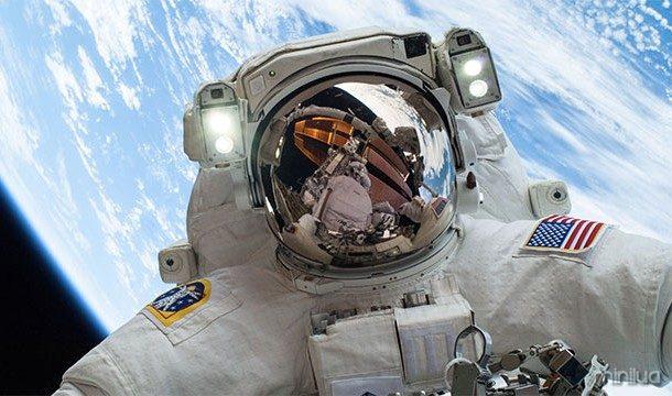 No vácuo do espaço, você não iria explodir ou congelar até a morte. Você seria mais provável morrer de asfixia
