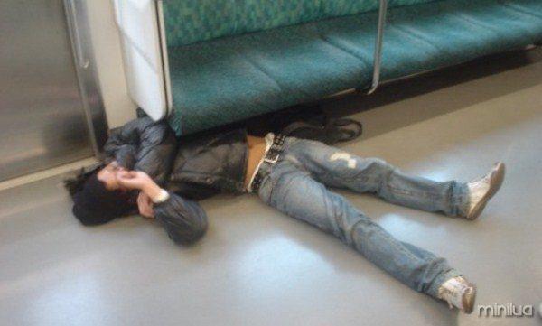 people-sleeping-everywhere (39)