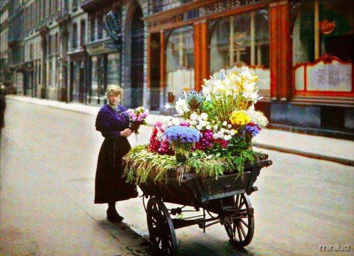 Mulher com um carrinho de flores nas ruas de Paris no início do século XX