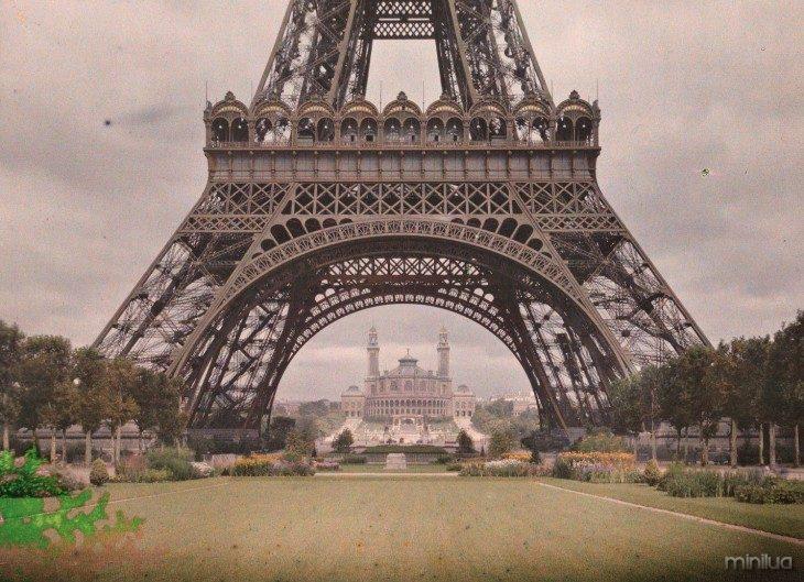 fotografia na parte inferior da Torre Eiffel em Paris em 1914