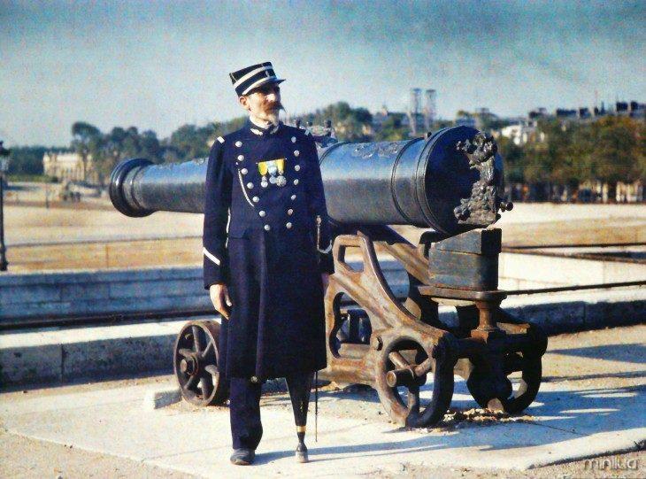 soldado paris com uma perna de madeira ao lado de um canhão