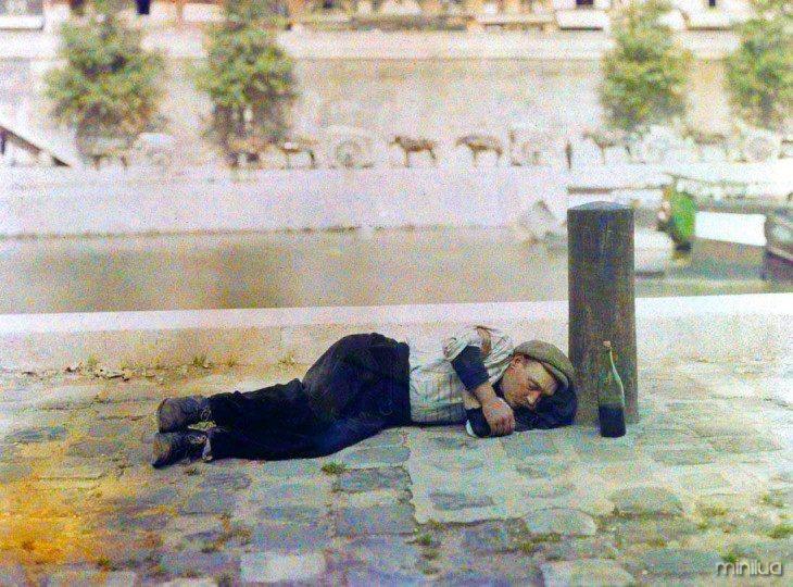 Homem dormindo em uma rua de Paris no início do século XX