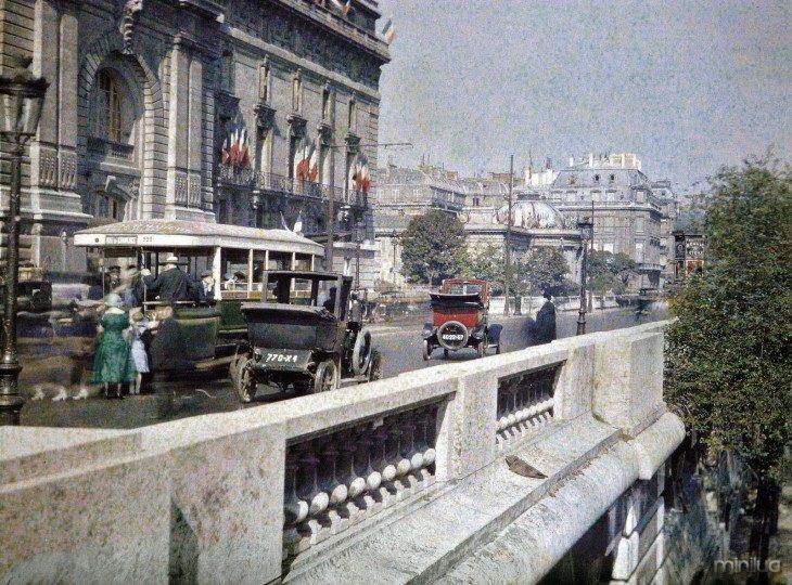 Carros que passavam pelas ruas de Paris no início do século XX