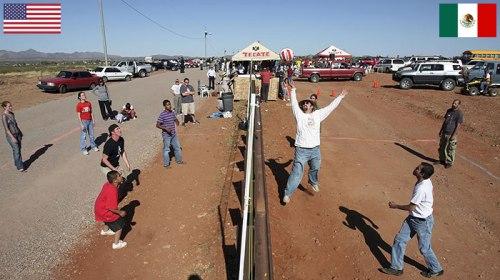 Moradores de Naco, Arizona e Naco, México jogam vôlei entre a fronteira dos dois países