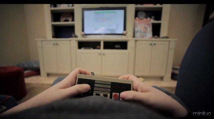 Manos de una persona jugando Nintendo en una sala