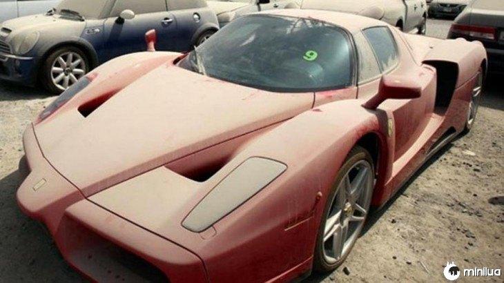 Ferrari abandonado em um dos estacionamentos em Dubai