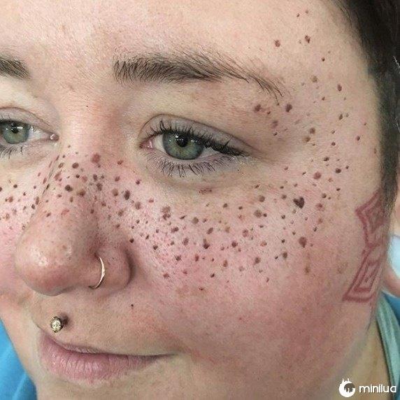 Tatuar o rosto em nome da moda não é novo. As mulheres têm tingido suas sobrancelhas, lábios e eyeliner no passado.