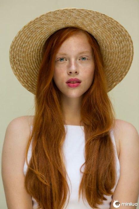 Mulher do Redhead com chapéu