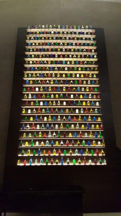 cremalheira enorme de garrafas perfeitamente ordenado de bebidas em um bar Dubai