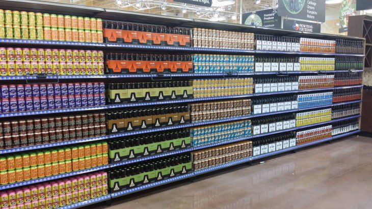 shelf drinques em um shopping perfeitamente ordenado