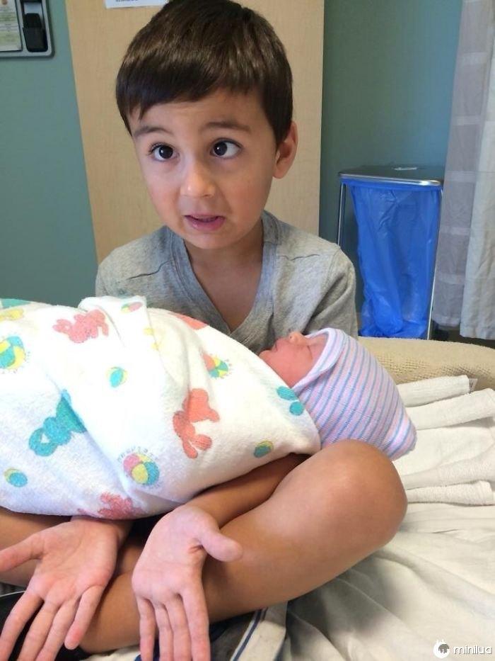 Meu Sobrinho Segurando Sua Irmã Bebê Pela Primeira Vez. Como um único cara que me lembrou do que é como segurar o bebê de alguém