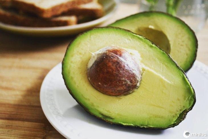 um abacate cortado ao meio