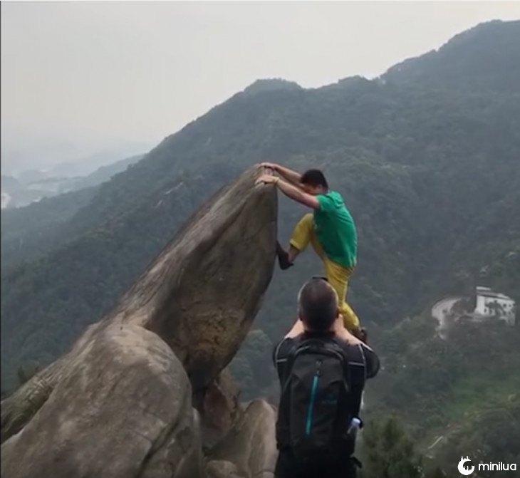 Homem cai do precipício por uma foto 2