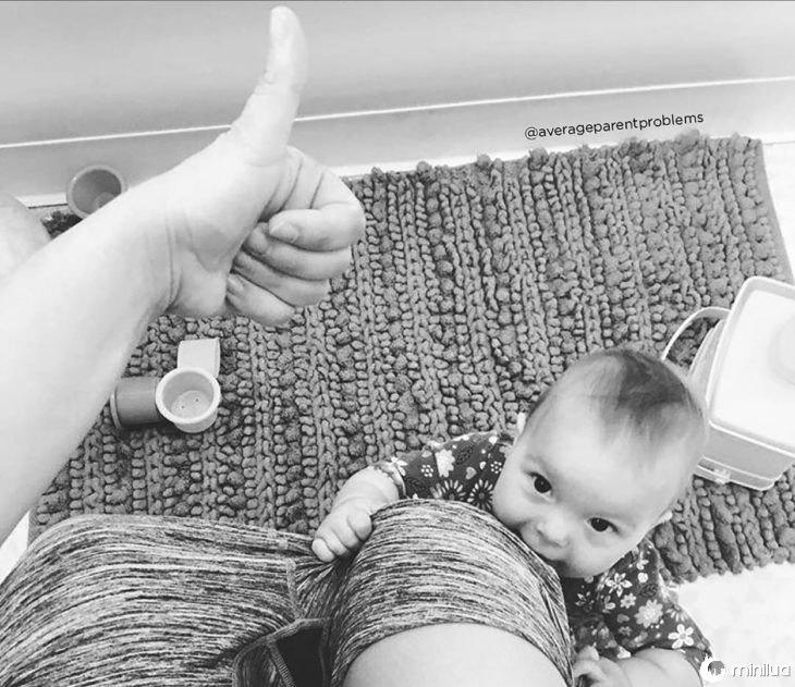 Mulher no banheiro e assistir seu bebê
