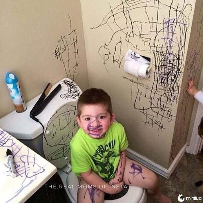 criança borra a casa de banho