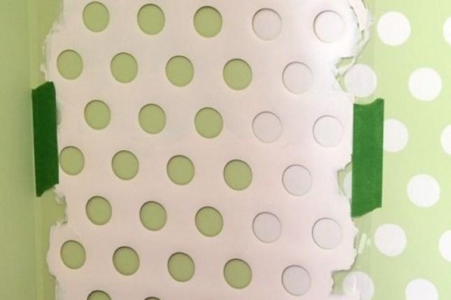 Truque para pintar bolinhas nas paredes com um pedaço de cesto de roupa suja