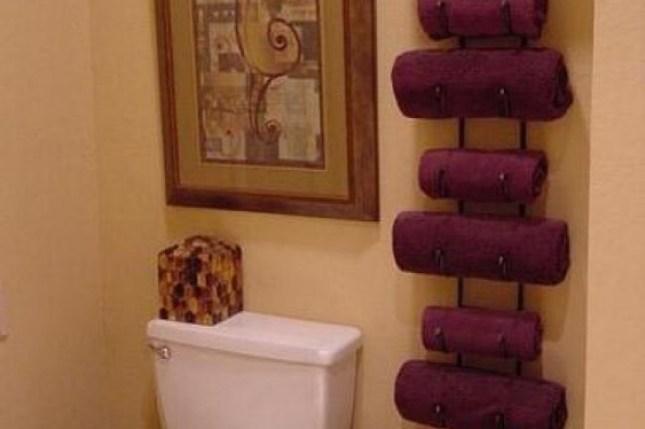 Vinho prateleiras como organizador de toalhas em um banheiro