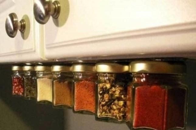 organizar seus especiarias com uma tira de íman sob um armário