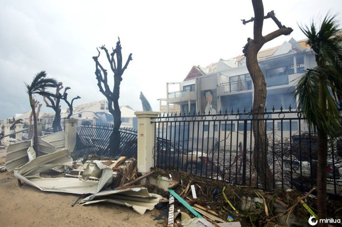 A fumaça sobe de um fogo entre detritos e edifícios danificados em Marigot, perto da baía de urtiga, na ilha francesa de santo martin na quarta-feira