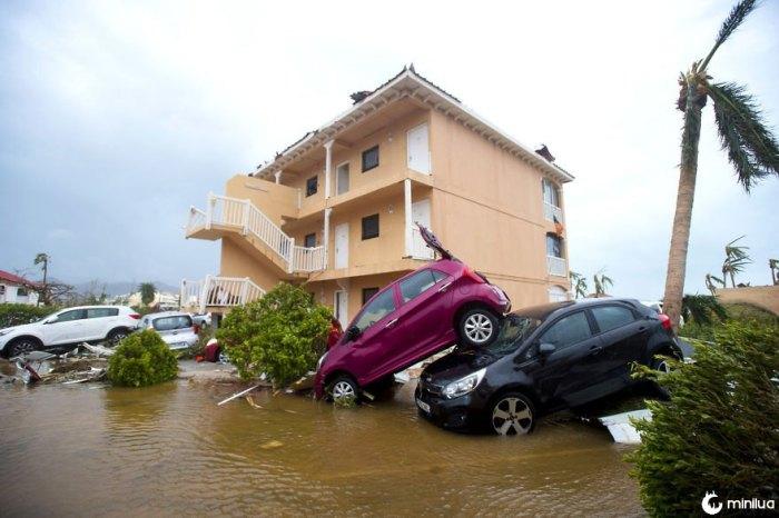 Os carros varados pelo vento são empilhados um do outro em Marigot, São Martinho, após a passagem do furacão Irma