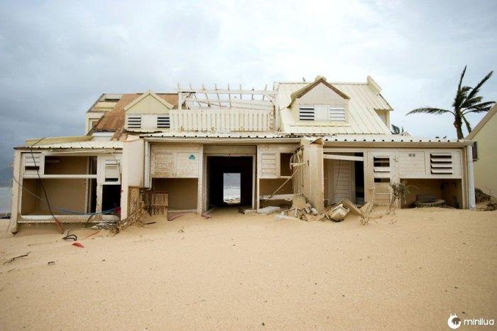 Uma casa danificada em Marigot, São Martinho, é deixada cheia de areia após a passagem do furacão Irma