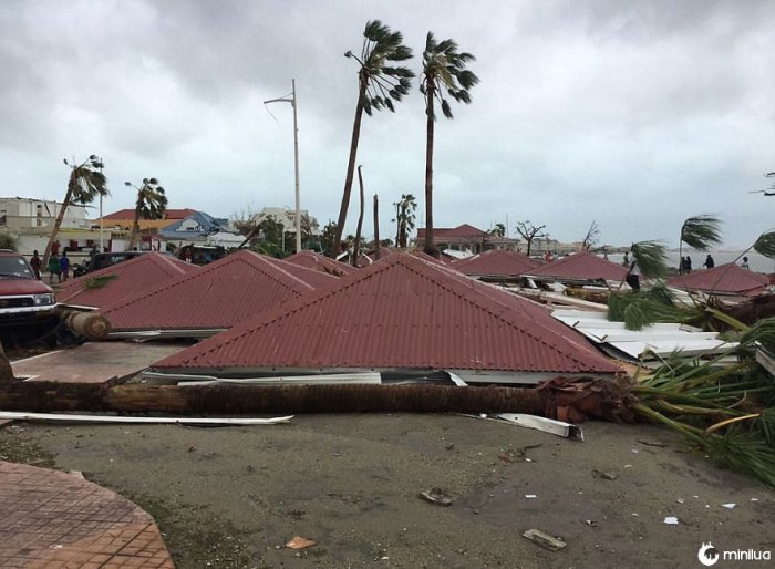 Cena estranha ao longo da costa de São Martinho Depois que os telhados foram rasgados de casas e explodidos nas ruas