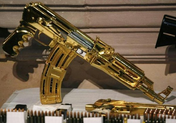 arma dourada máquina pertencente ao narco