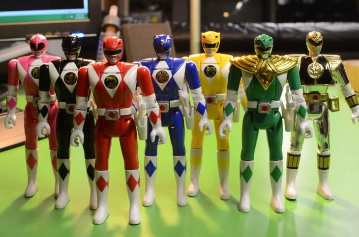 Power Rangers brinquedos de pé sobre uma mesa