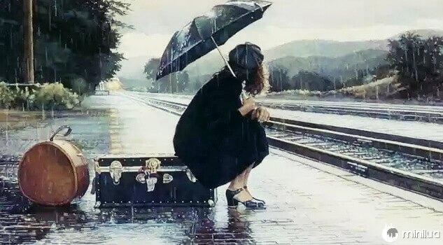 Mulher em estação de trem na chuva