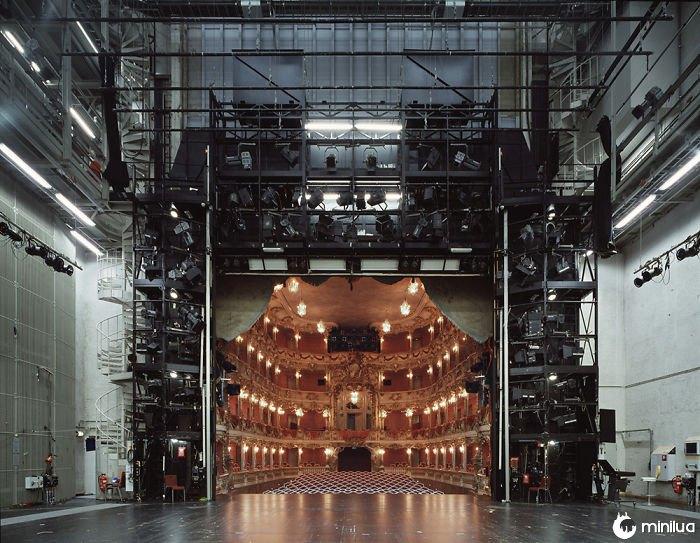 Olhando para um teatro por trás do palco