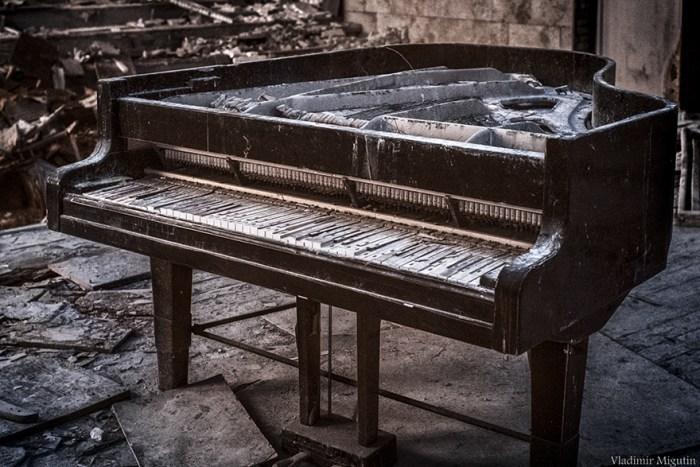 O Grand Piano Rotting Na Sala De Concertos Da Cidade Abandonada De Pripyat