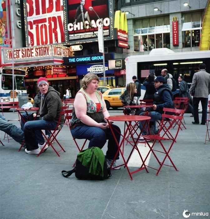 Mulher, sentando, een, vermelho, tabela