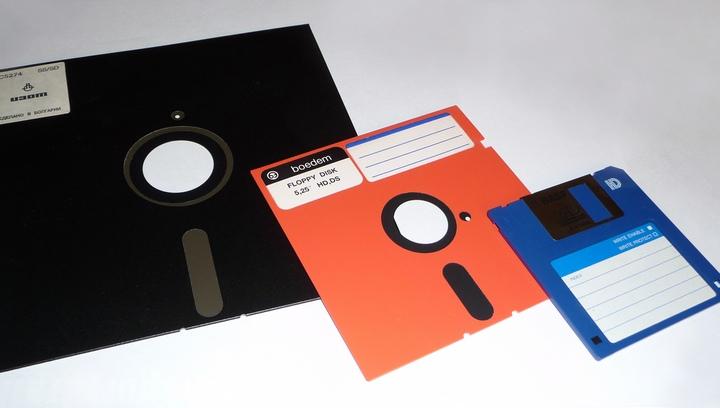 disquetes preto e vermelho