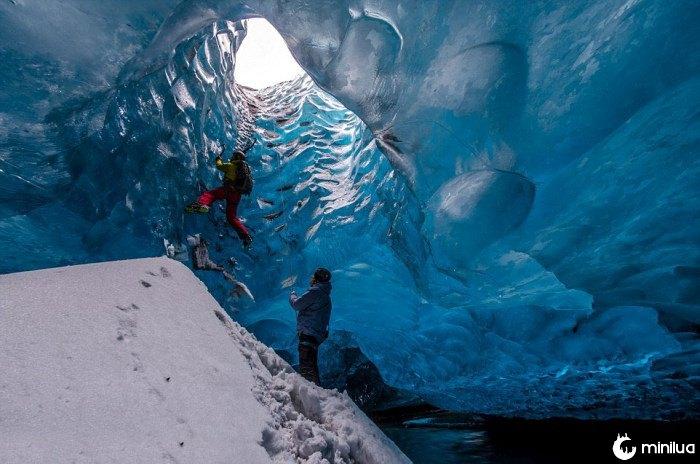 pessoas subindo no gelo